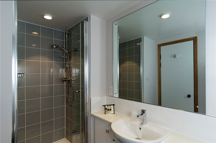 Chapel Court en-suite bathroom