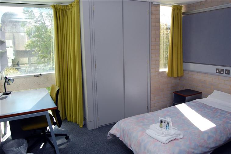 Single shared-bathroom bedroom